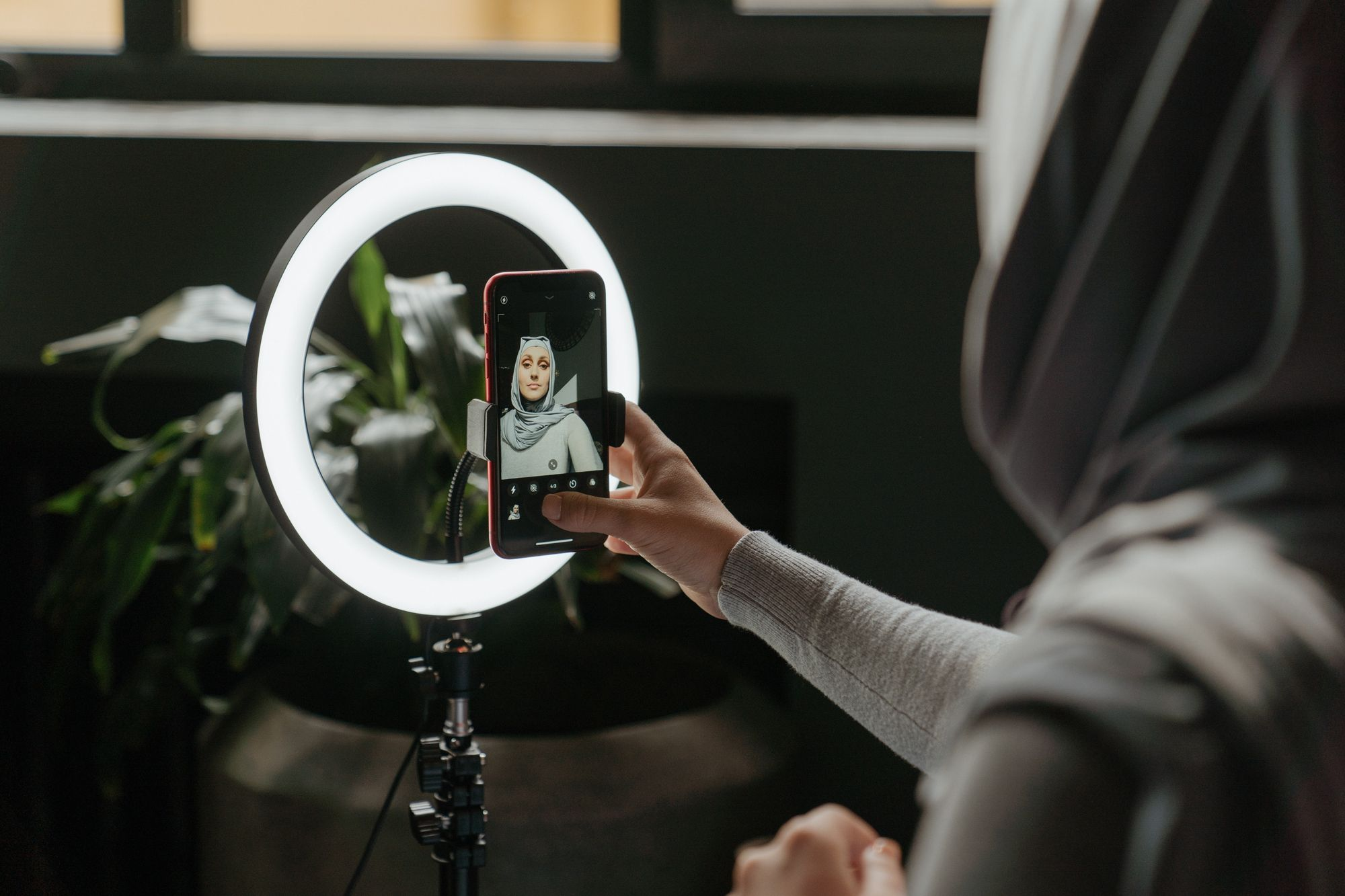 Ring light is the perfect lighting setup for beauty vloggers